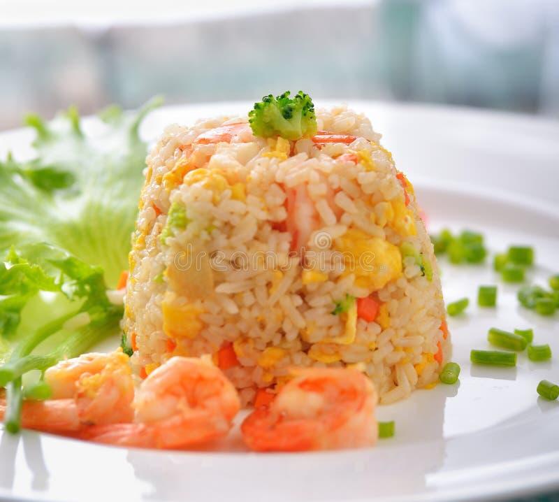 Τηγανισμένο ρύζι με τις γαρίδες στο άσπρο πιάτο στοκ φωτογραφία με δικαίωμα ελεύθερης χρήσης