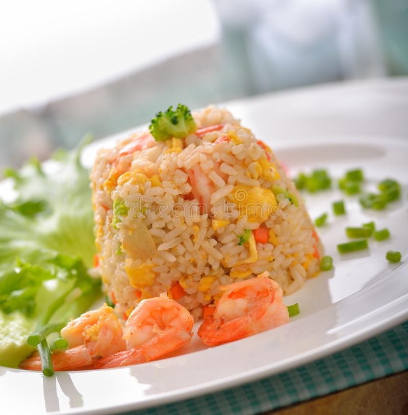 Τηγανισμένο ρύζι με τις γαρίδες στο άσπρο πιάτο στοκ φωτογραφίες