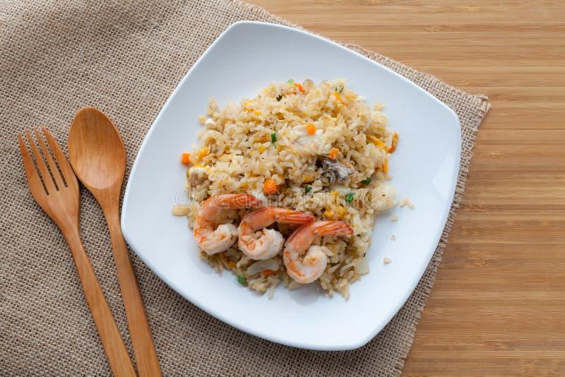 Τηγανισμένο ρύζι με τις γαρίδες στο άσπρο πιάτο στοκ εικόνες με δικαίωμα ελεύθερης χρήσης