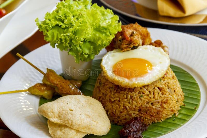 τηγανισμένο ρύζι με το τηγανισμένο κοτόπουλο - ταϊλανδικά halal τρόφιμα στοκ εικόνες