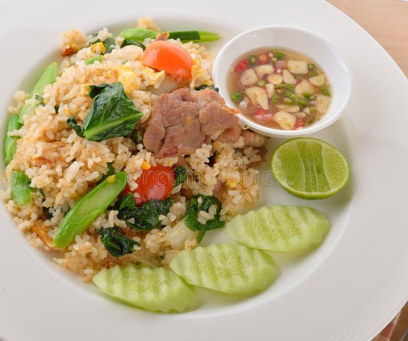 Τηγανισμένο ρύζι με το χοιρινό κρέας στο άσπρο πιάτο στοκ εικόνα με δικαίωμα ελεύθερης χρήσης