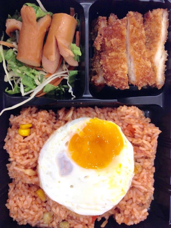 Τηγανισμένο ρύζι με το χοτ ντογκ, το αυγό και το τηγανισμένο κοτόπουλο στοκ εικόνα