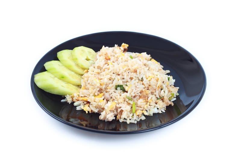 τηγανισμένο ρύζι στο μαύρο πιάτο στο λευκό στοκ εικόνες