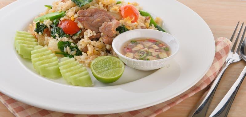Τηγανισμένο ρύζι χοιρινού κρέατος στο άσπρο πιάτο στοκ φωτογραφίες