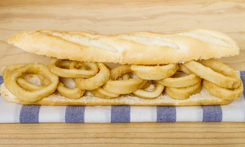 Τηγανισμένο σάντουιτς Calamari στοκ εικόνα