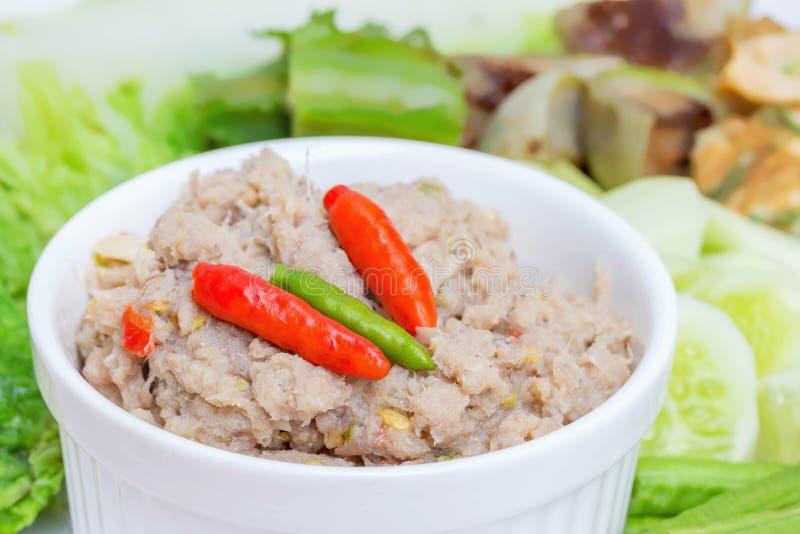Τηγανισμένο σκουμπρί με τη σάλτσα κολλών γαρίδων με τα βρασμένα λαχανικά στοκ φωτογραφίες με δικαίωμα ελεύθερης χρήσης