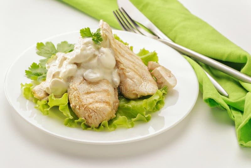 Τηγανισμένο στήθος κοτόπουλου με τη σάλτσα κρέμας στοκ εικόνες