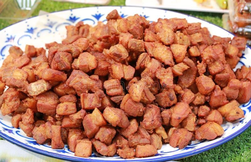 Τηγανισμένο χοιρινό κρέας με τη σάλτσα σόγιας στο άσπρο πιάτο στην αγορά Ταϊλάνδη στοκ φωτογραφίες με δικαίωμα ελεύθερης χρήσης
