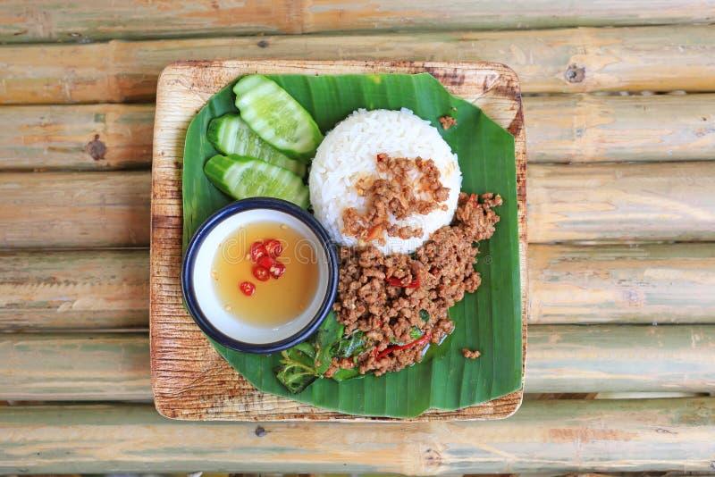 Τηγανισμένο χοιρινό κρέας με το γλυκό βασιλικό στο ρύζι Ταϊλανδικά δημοφιλή πικάντικα τρόφιμα στοκ φωτογραφία με δικαίωμα ελεύθερης χρήσης