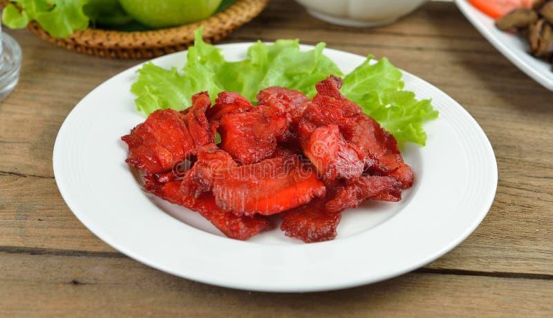 Τηγανισμένο χοιρινό κρέας σε ένα άσπρο πιάτο στοκ εικόνες με δικαίωμα ελεύθερης χρήσης