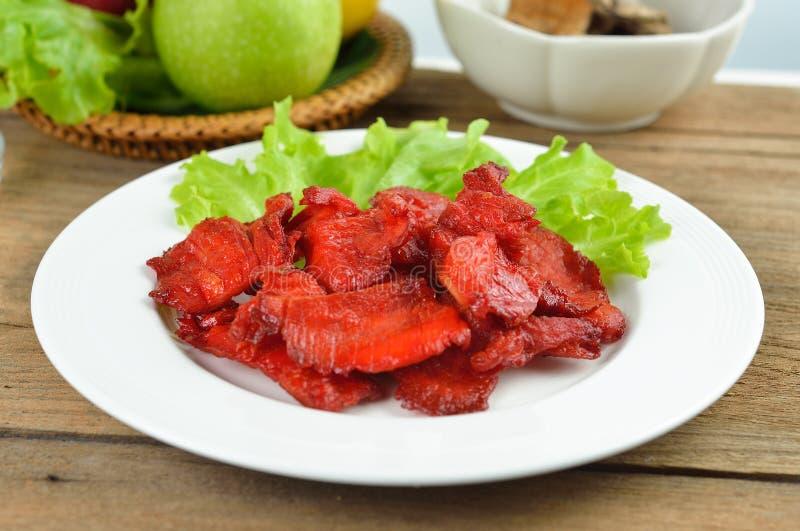 Τηγανισμένο χοιρινό κρέας στο άσπρο πιάτο στοκ εικόνες με δικαίωμα ελεύθερης χρήσης