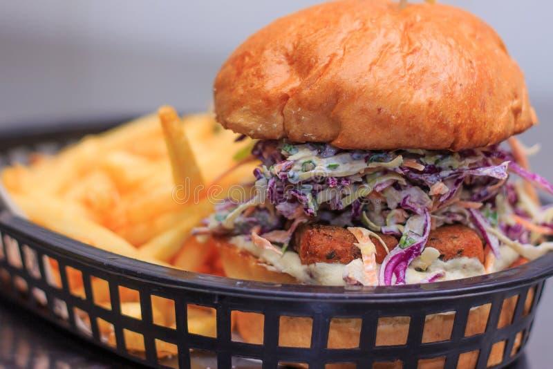 Τηγανισμένο burger haloumi με το slaw, γιαούρτι στοκ εικόνα