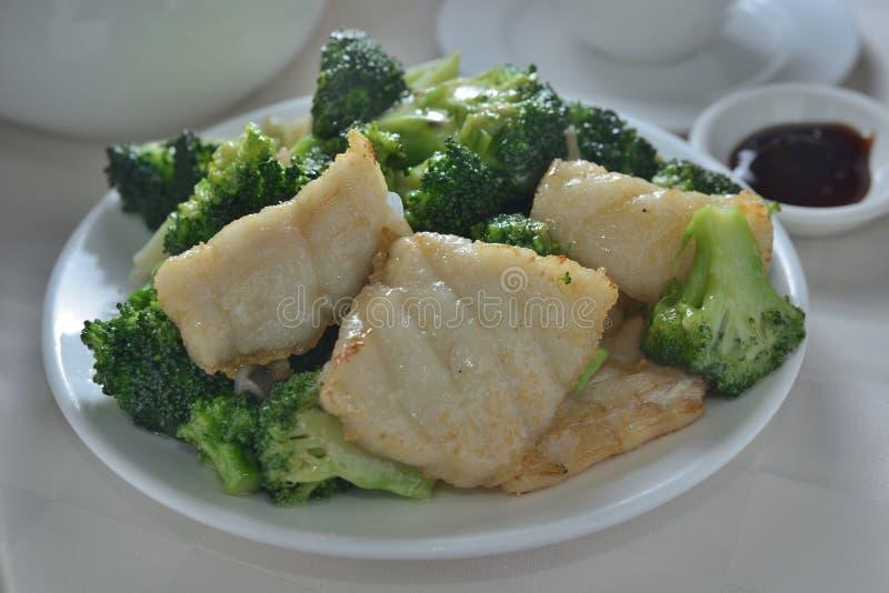 Τηγανισμένο grouper μπρόκολο στοκ φωτογραφία με δικαίωμα ελεύθερης χρήσης
