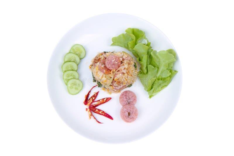 Τηγανισμένο jasmine ρύζι με το ταϊλανδικό ξινό ολοκληρωμένο λουκάνικο αγγούρι, κατσαρό λάχανο στοκ φωτογραφία με δικαίωμα ελεύθερης χρήσης