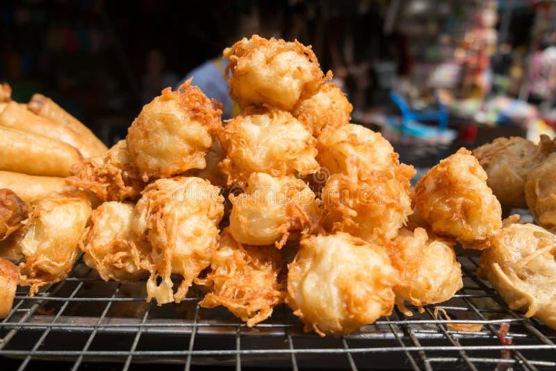 Τηγανισμένο taro για την πώληση σε μια τοπική αγορά στη Μπανγκόκ, Ταϊλάνδη στοκ φωτογραφίες με δικαίωμα ελεύθερης χρήσης