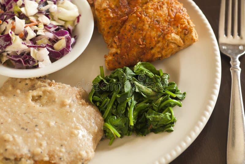 Τηγανισμένο Vegan υποκατάστατο κοτόπουλου που εξυπηρετείται με το slaw, πολτοποιηίδες πατάτες στοκ εικόνες