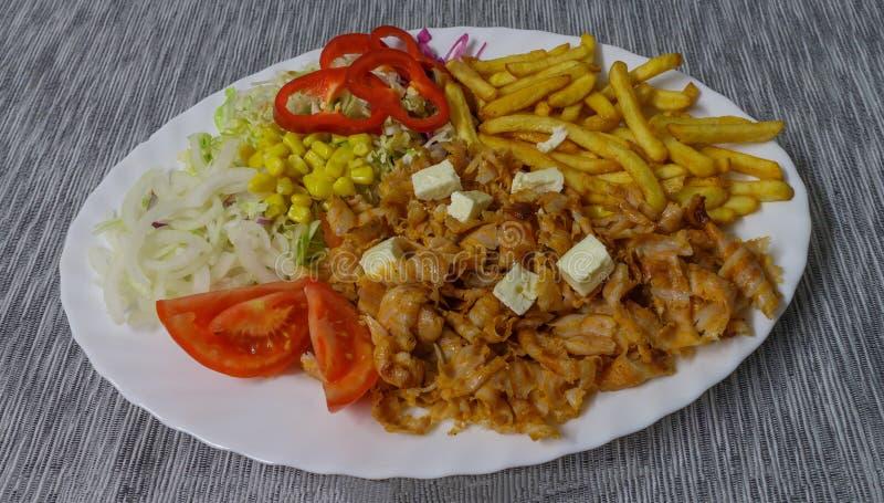 Τηγανιτές πατάτες και λαχανικά Kebab σε ένα άσπρο πιάτο στοκ εικόνα με δικαίωμα ελεύθερης χρήσης