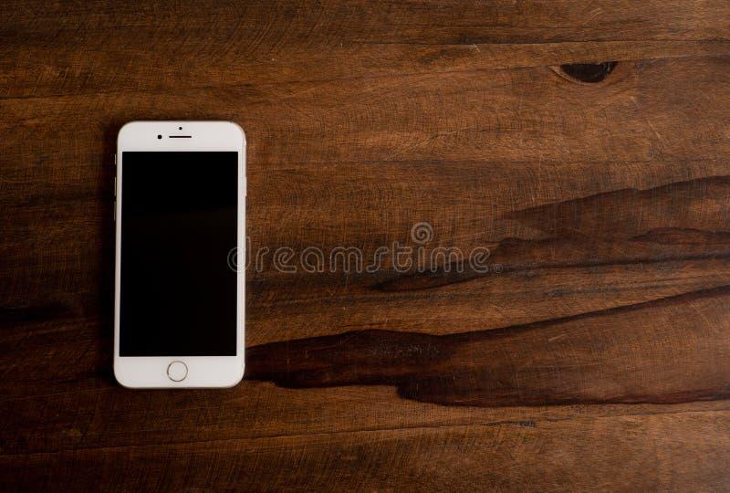 Τηλέφωνο κυττάρων στο σκοτεινό ξύλο στοκ εικόνες