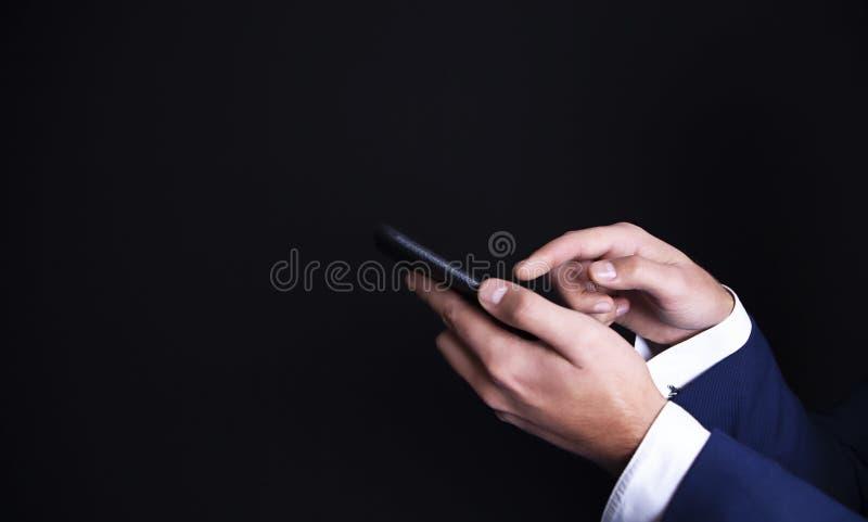 Τηλέφωνο στα χέρια ενός επιχειρηματία στοκ φωτογραφίες με δικαίωμα ελεύθερης χρήσης