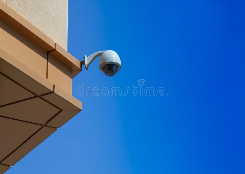 Τηλεοπτική κάμερα surveilance σε ένα κτήριο στοκ εικόνα