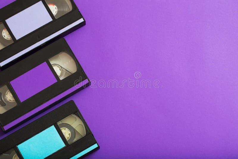 Τηλεοπτική κασέτα στο ιώδες υπόβαθρο στοκ φωτογραφίες