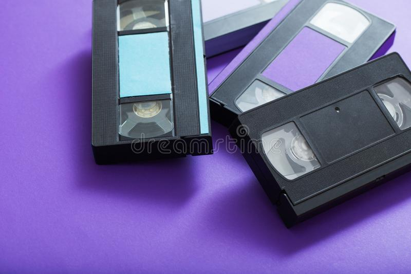 Τηλεοπτική κασέτα στο ιώδες υπόβαθρο στοκ φωτογραφίες με δικαίωμα ελεύθερης χρήσης