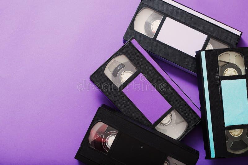 Τηλεοπτική κασέτα στο ιώδες υπόβαθρο στοκ φωτογραφία με δικαίωμα ελεύθερης χρήσης