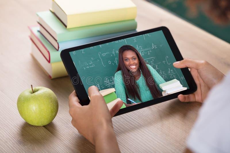 Τηλεοπτική σύσκεψη με το θηλυκό δάσκαλο στην ψηφιακή ταμπλέτα στοκ εικόνες