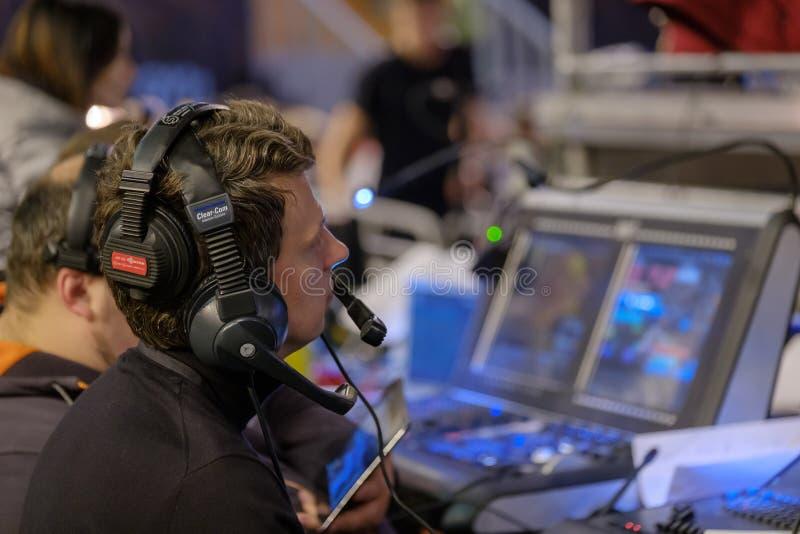 Τηλεοπτικός χειριστής ραδιοφωνικής μετάδοσης που εργάζεται στην επιχειρησιακή διάσκεψη στοκ φωτογραφία με δικαίωμα ελεύθερης χρήσης