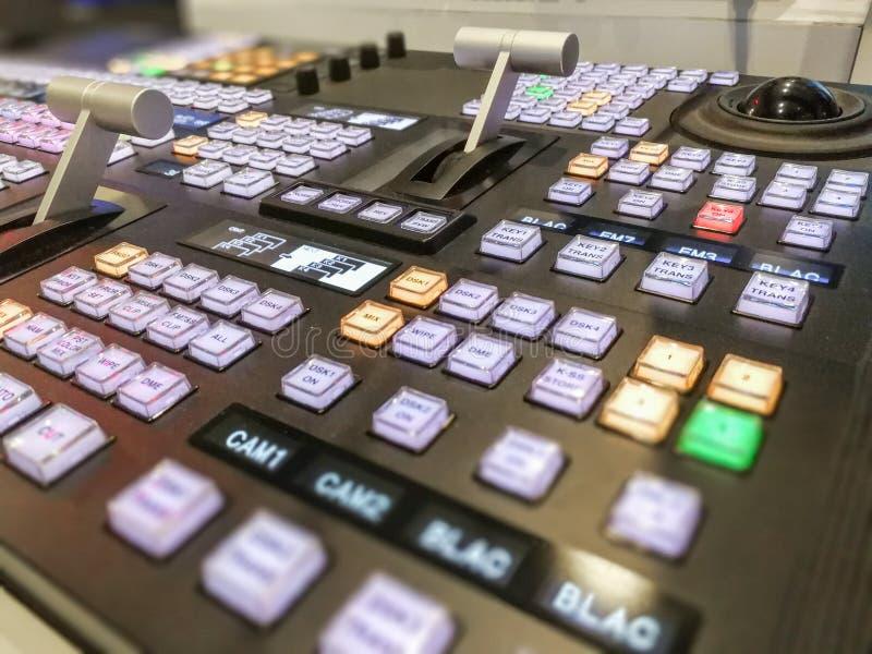 Τηλεοπτικός switcher της τηλεοπτικής ραδιοφωνικής μετάδοσης με το μουτζουρωμένο υπόβαθρο στοκ εικόνα με δικαίωμα ελεύθερης χρήσης