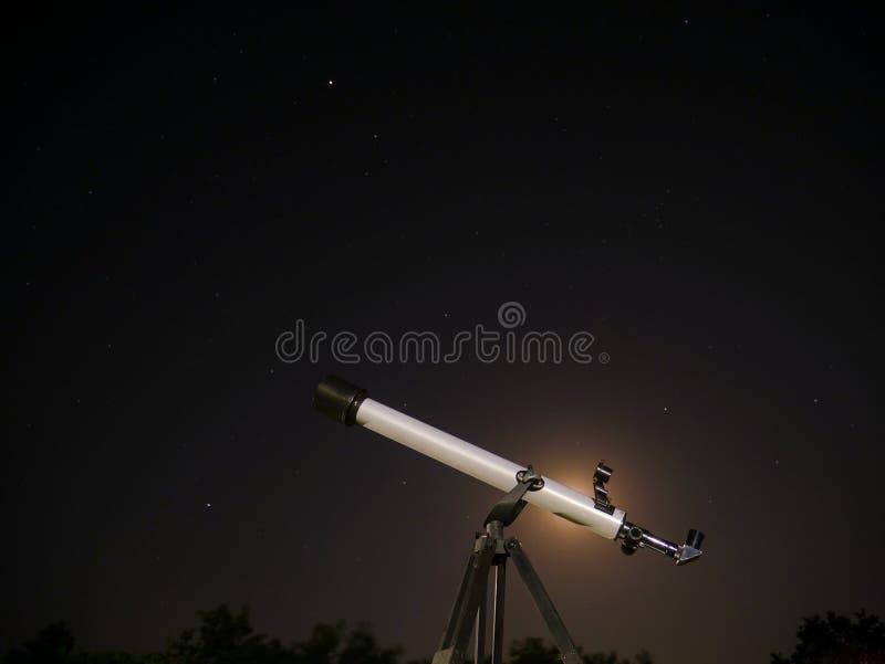 Τηλεσκόπιο ενάντια στον έναστρο ουρανό στοκ φωτογραφίες με δικαίωμα ελεύθερης χρήσης