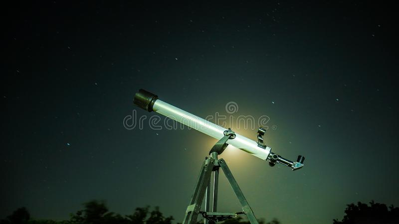 Τηλεσκόπιο ενάντια στον έναστρο ουρανό στοκ φωτογραφία με δικαίωμα ελεύθερης χρήσης