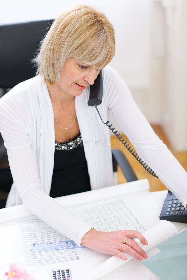 τηλεφωνική ανώτερη μιλώντας γυναίκα αρχιτεκτόνων στοκ εικόνες με δικαίωμα ελεύθερης χρήσης
