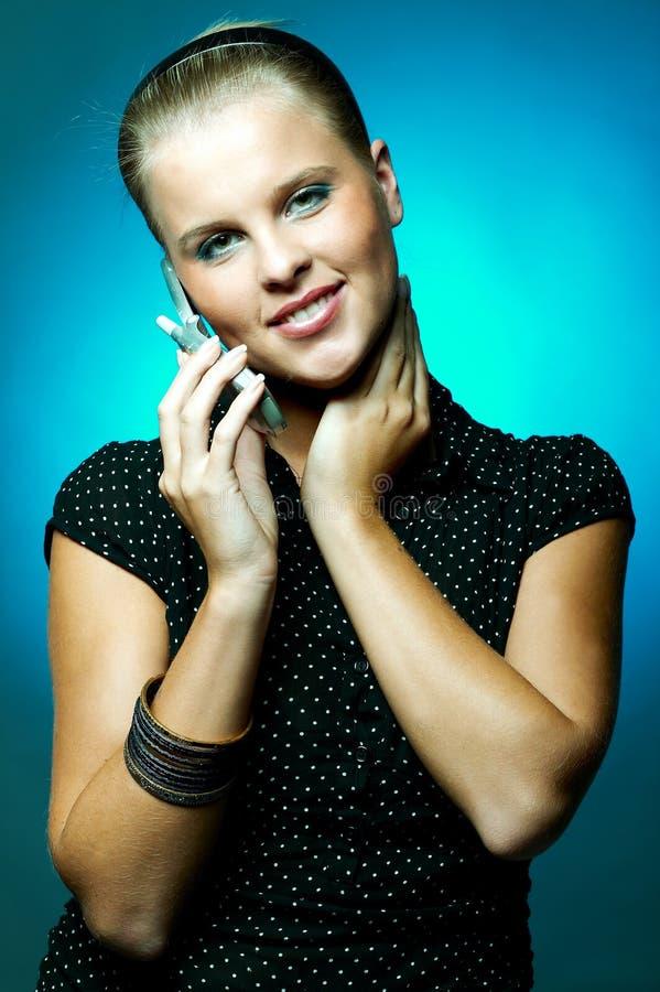 Download τηλεφωνική γυναίκα κυττά&r στοκ εικόνες. εικόνα από τηλέφωνο - 1544288