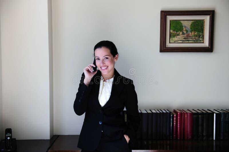 τηλεφωνική ομιλία γραφεί&o στοκ φωτογραφία με δικαίωμα ελεύθερης χρήσης