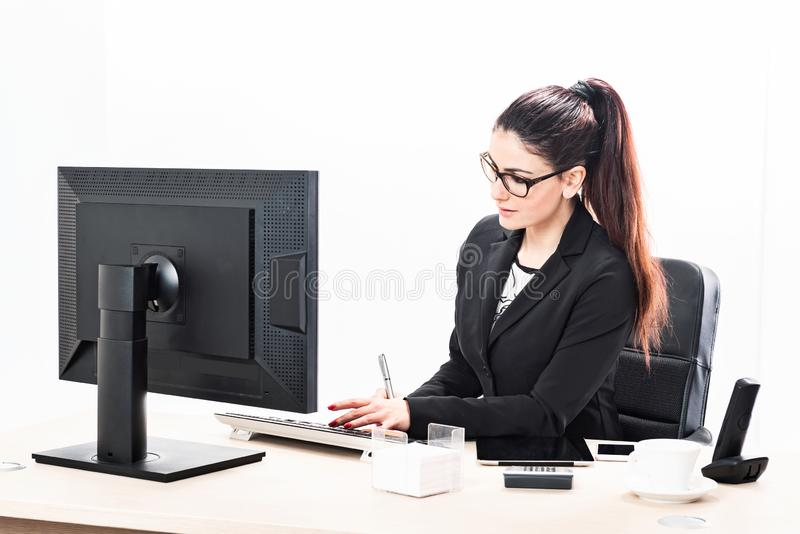 Τηλεφωνικός βοηθός και γυναίκα διοικητών στην αρχή στοκ εικόνα