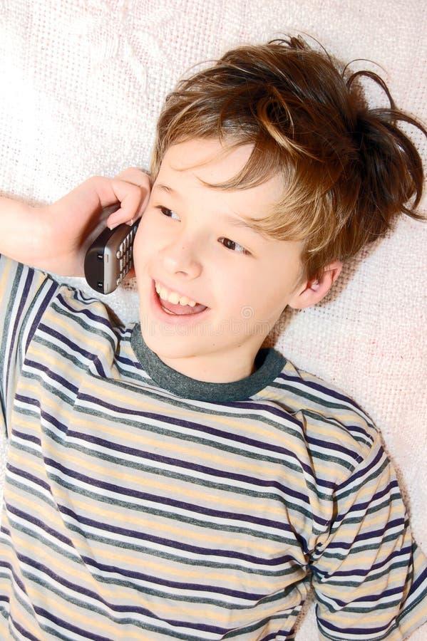 τηλεφωνικός ομιλών έφηβος κυττάρων αγοριών στοκ φωτογραφία