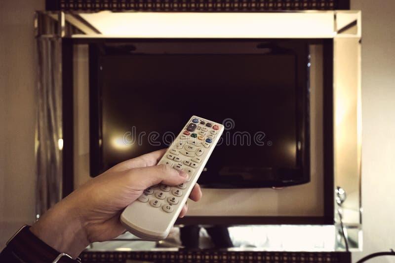τηλεχειρισμός TV στο χέρι στοκ εικόνα