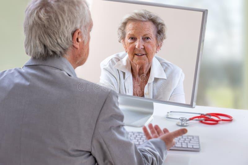 Τηλεϊατρική ή telehealth έννοια, γιατρός στην οθόνη lap-top υπολογιστών και υπομονετική σύσκεψη στη θεραπεία στοκ φωτογραφίες με δικαίωμα ελεύθερης χρήσης