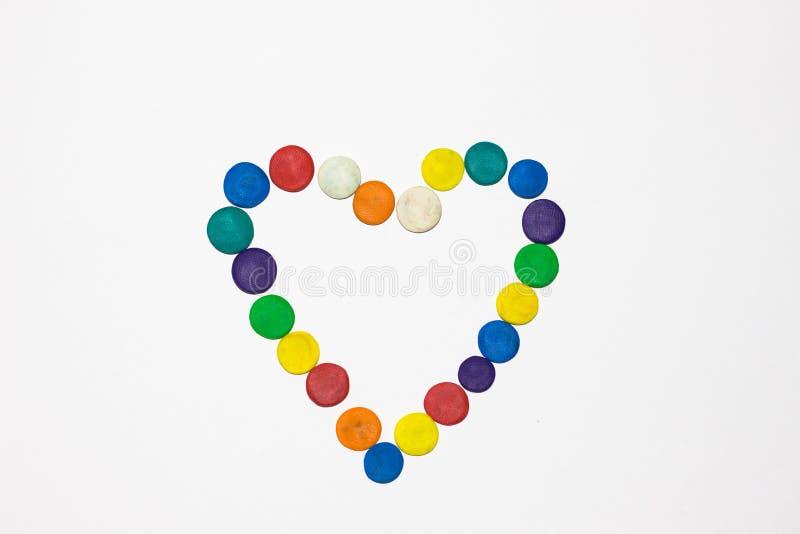 Την καρδιά των διάφορων χρωμάτων γεμίζουν από τους κύκλους που αποτελούνται από το plasticine στοκ εικόνες με δικαίωμα ελεύθερης χρήσης