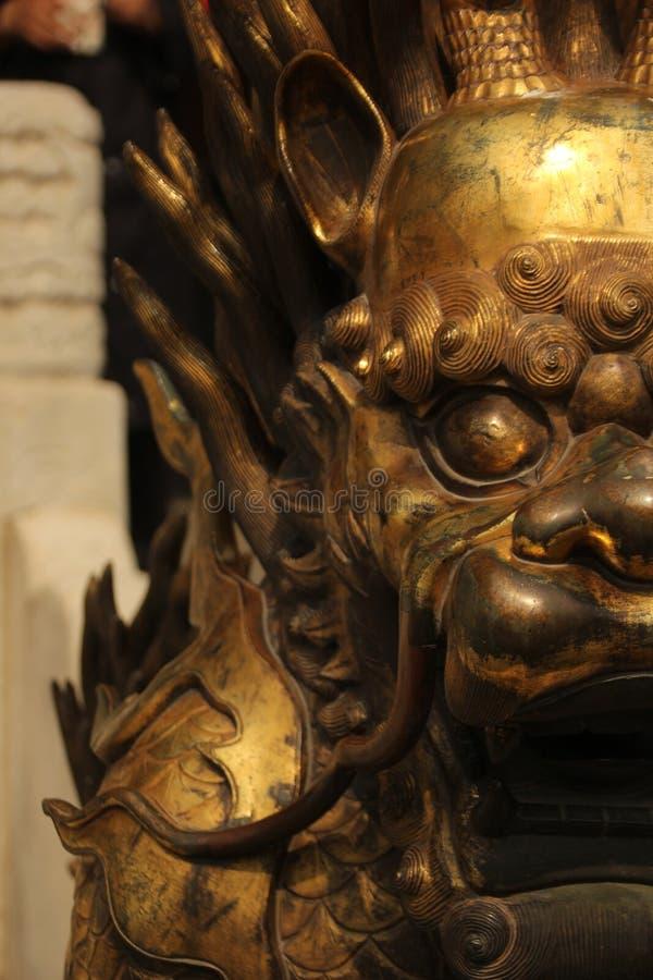 Την κινηματογράφηση σε πρώτο πλάνο ενός επιχρυσωμένου αγάλματος λιονταριών, που απαγορεύουν την πόλη, Πεκίνο στοκ εικόνες