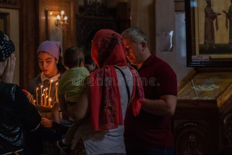 Της Γεωργίας προσκυνητές μέσα στον ορθόδοξο ιερό καθεδρικό ναό τριάδας του Tbilisi, στοκ εικόνα
