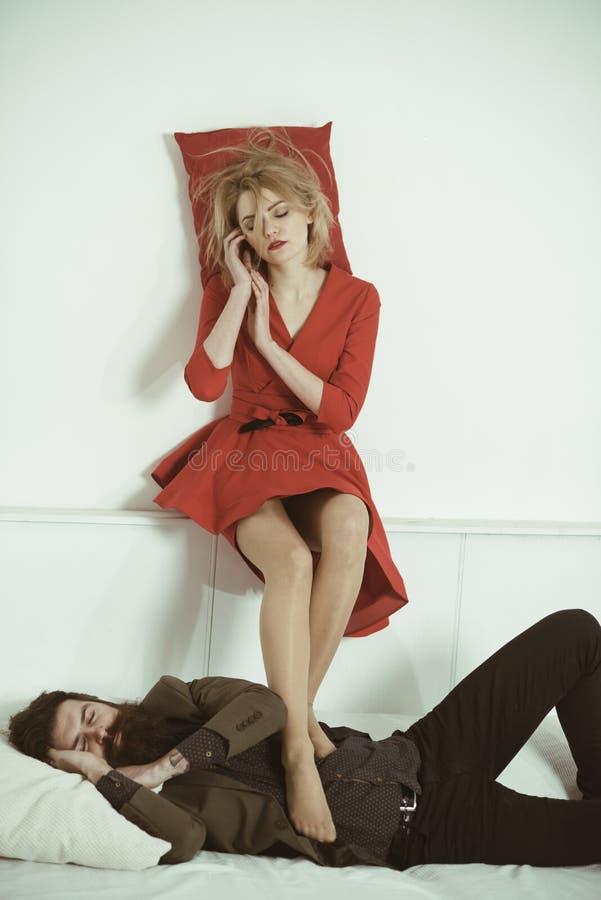 _ της επιχειρησιακής ομάδας του άνδρα και της γυναίκας στο γραφείο ύπνος μετά από υλοτομία στοκ φωτογραφίες
