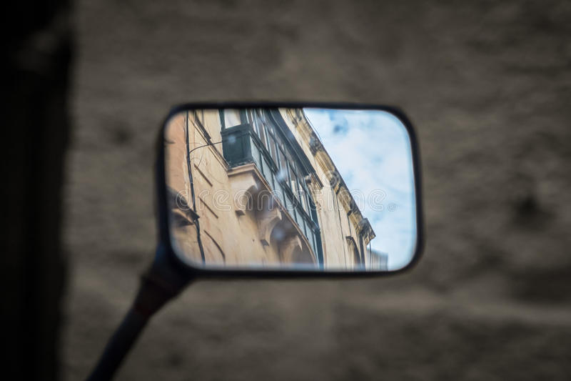 Της Μάλτα μπαλκόνια στον ουρανό καθρεφτών στοκ εικόνες