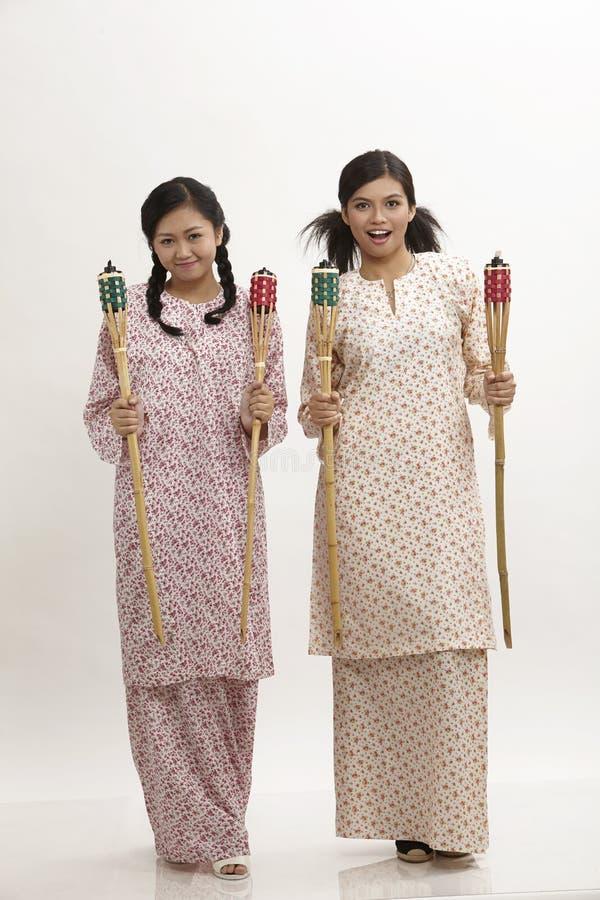 Της Μαλαισίας γυναίκες με το pelita στοκ εικόνες