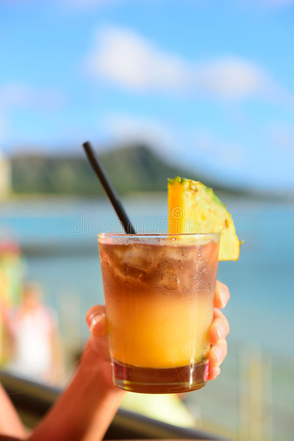 Της Χαβάης ποτό της Mai Tai στο φραγμό παραλιών στοκ φωτογραφίες