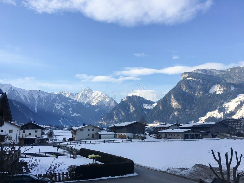 Της χειμερινής Αυστρίας χιονιού πάγου άσπρη κρύα ανελκυστήρων σκι σνόουμπορντ βουνών ήλιων σύννεφων κινηματογράφηση σε πρώτο πλάν στοκ εικόνες