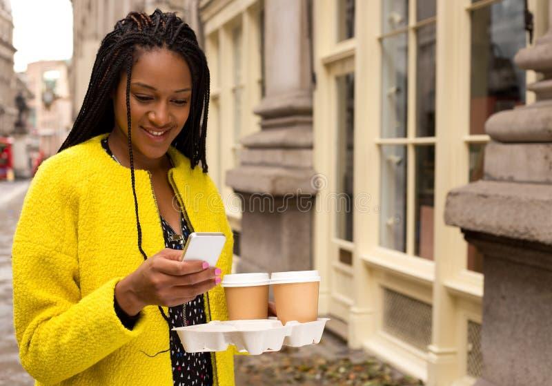 Τηλέφωνο και καφές στοκ φωτογραφία με δικαίωμα ελεύθερης χρήσης