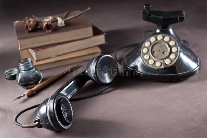 Τηλέφωνο με το παλαιό βιβλίο στοκ φωτογραφίες με δικαίωμα ελεύθερης χρήσης