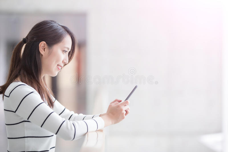 Τηλέφωνο χρήσης γυναικών ομορφιάς στοκ εικόνες με δικαίωμα ελεύθερης χρήσης